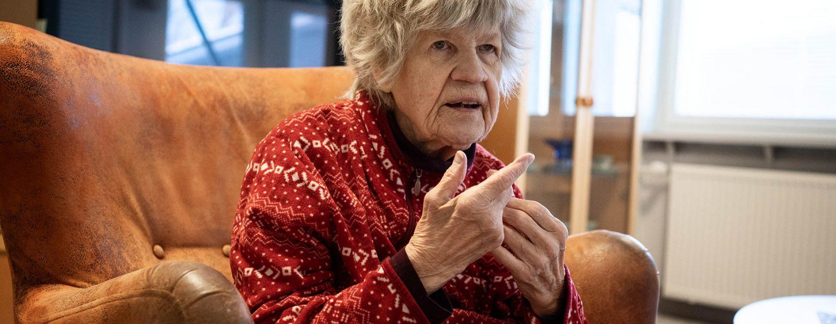 Tuula Vartiala vierailee äitinsä luona Åvikissa.